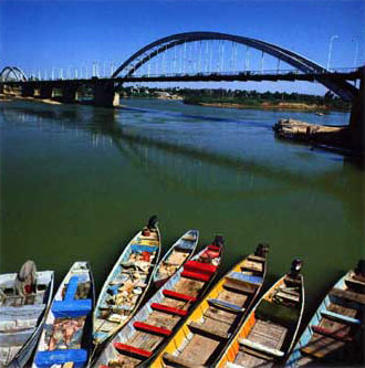 Image: The famous Pol-e Sefid over the Karun River in Ahvaz
